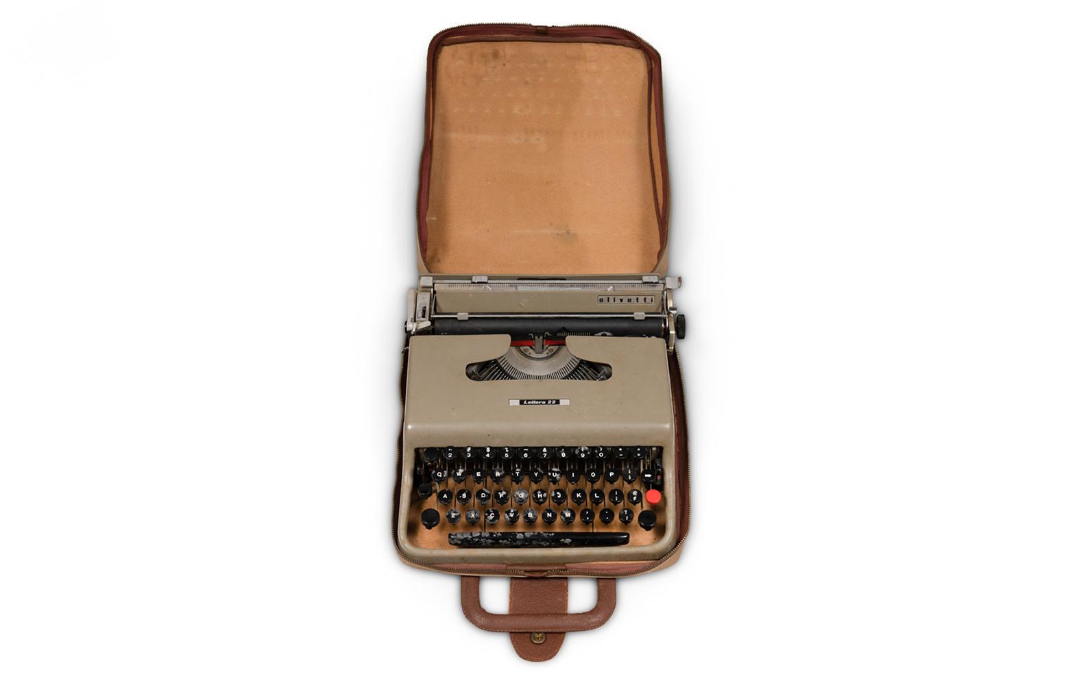 Prod/O21E - Phil Hill C 2021/C0004_Olivetti Lettera 22 Typewriter/C0004_Olivetti_Lettera_22_Typewriter_3_obycfg